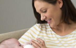 新生儿睡觉打嗝怎么办 轻拍背部安抚