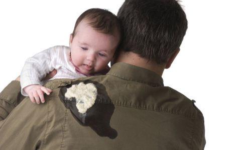 婴儿吐奶是怎么一回事 如何处理