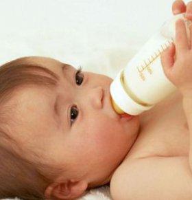 婴儿吐奶如何处理 为什么婴儿会吐奶 婴儿吐奶如何预防