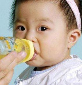 宝宝口渴的征兆 宝宝口渴的信号 宝宝口渴怎么办