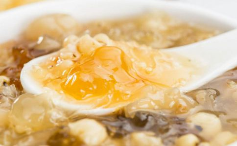 银耳红枣汤能放桂圆吗 银耳红枣汤里可以放桂圆吗 桂圆银耳红枣汤怎么做