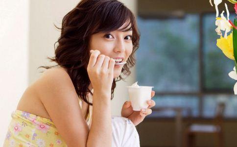 女人喝酸奶有哪些好处 女人怎么喝酸奶更有效果 酸奶应该怎么喝