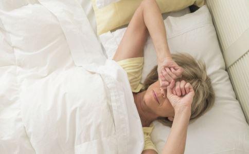 女性更年期睡不好吃什么调理 女性更年期睡不好的原因是什么 更年期如何护理