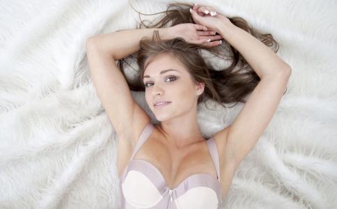 晚上什么时候睡觉有益健康 吃什么可以助睡眠 身体的排毒时间