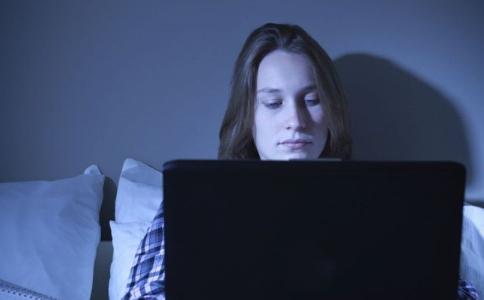 睡觉睡到半夜容易醒是怎么回事 怎么睡觉可以减肥 睡到自然醒的方法