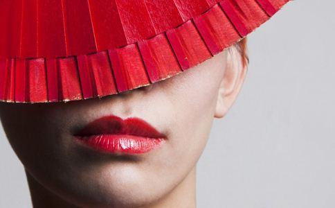 口红容易掉色怎么办 涂口红要注意什么 唇部如何护理