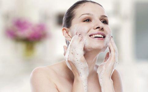 盐水洗脸好吗 盐水洗脸的好处 盐水洗脸要注意什么