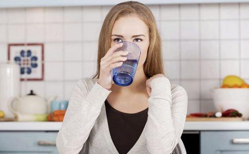 夏天为何要多尔喝水 夏天多喝水的好处 夏天喝水保护身体
