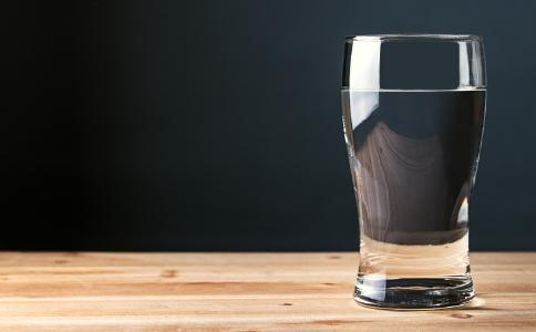 喝水可以排毒吗 喝水水肿是怎么回事 喝水为什么会水肿