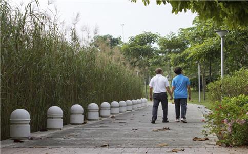 老人散步好不好 老人散步有什么好处 老人散步注意事项