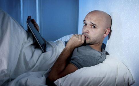 睡前玩手机电脑有什么危害 睡前为什么不能玩手机电脑 如何改善睡眠质量