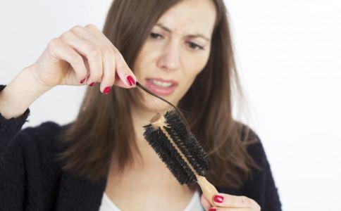 引起脱发的原因是什么 哪些行为会导致脱发 女性脱发怎么办