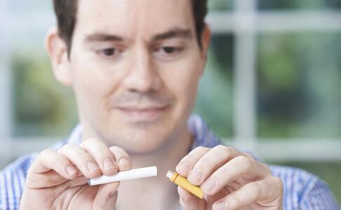 导致口腔溃疡的原因 哪些习惯导致口腔溃疡 导致口腔溃疡的习惯