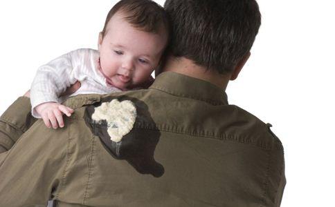 新生宝宝吐奶怎么办 宝宝吐奶的原因 如何预防宝宝吐奶