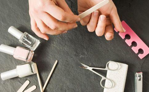 灰指甲的主要病因有哪些 美甲也会得灰指甲吗 灰指甲是什么原因造成的