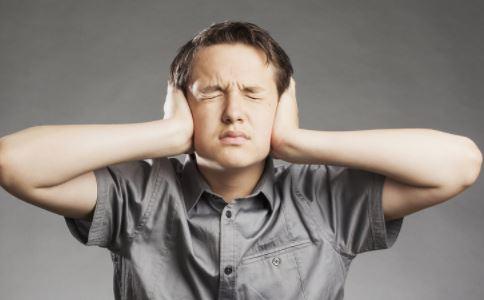 """五种疾病会导致耳鸣。按摩这些地方可以""""静音"""""""
