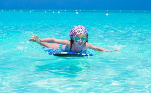 婴儿游泳好吗 婴儿游泳的好处 婴儿游泳的注意事项