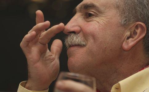 老年人鼻出血怎么回事 老年人鼻出血怎么办 如何预防老年人鼻出血