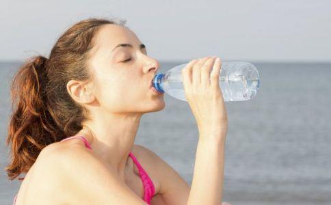 经常痛风可以通过多喝水来缓解。