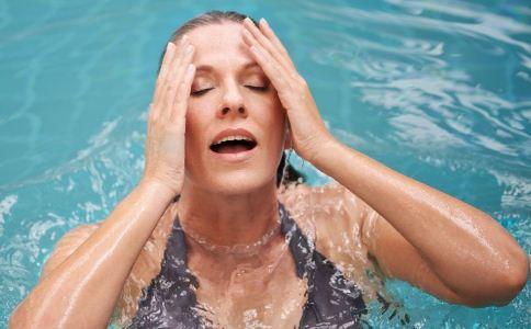 夏季游泳要注意什么 女人游泳要注意什么 游泳有哪些注意事项