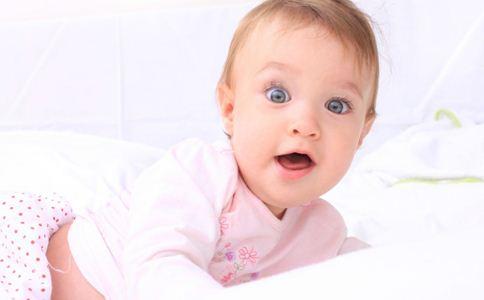 宝宝睡觉爱踢被子怎么办 宝宝晚上睡觉踢被子 宝宝睡觉老爱踢被子