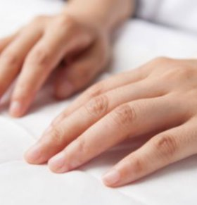 指甲上出现竖纹怎么回事 指甲上有竖纹什么原因 指甲上有竖纹是什么情况