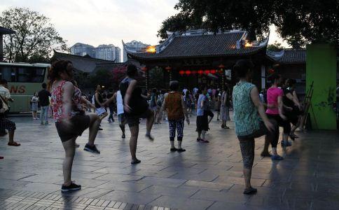 老人跳广场舞的禁忌 跳广场舞的注意事项 哪些人不宜跳广场舞