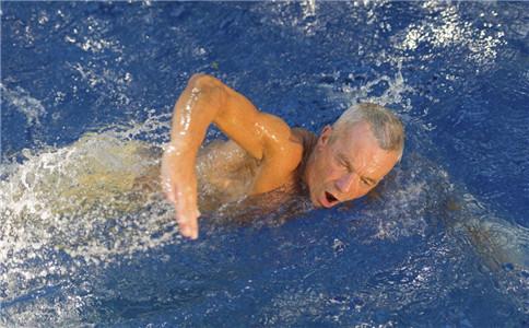 男人游泳的好处 男人游泳穿什么好 男人游泳的注意事项