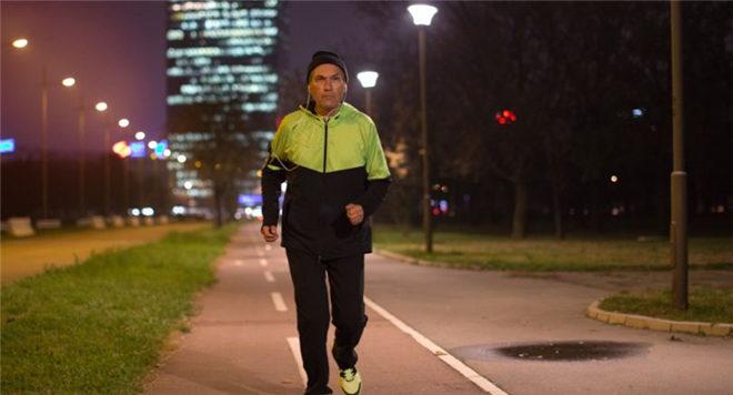夏季夜跑有什么好处 夏季夜跑最佳时间 夏季夜跑的注意事项