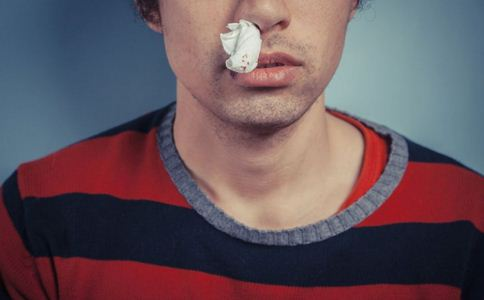 一学习就流鼻血 1天流20多次鼻血 学习就流鼻血