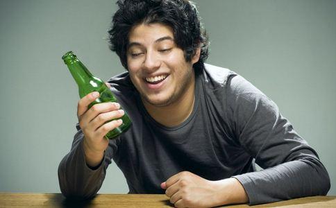 小伙每天喝酒变女人 喝酒的危害有哪些 喝酒有哪些危害