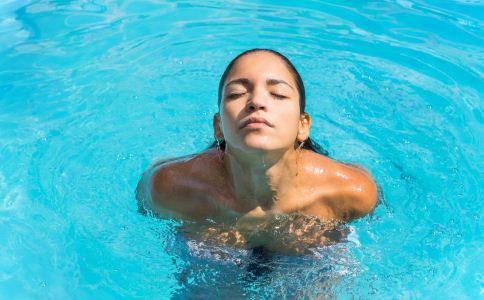 女人夏季游泳要注意什么 女人游泳注意事项有哪些 女人游泳注意什么好