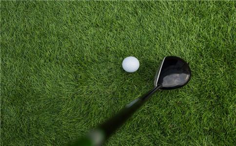 打高尔夫球的好处 打高尔夫的注意事项 打高尔夫的正确姿势