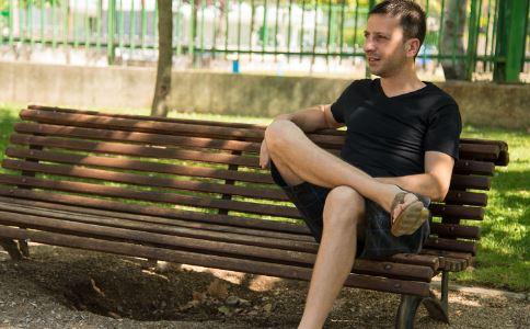 翘二郎腿会导致不育吗 导致不育的原因有哪些 吃什么会导致不育