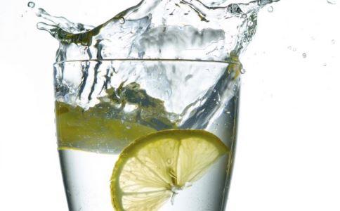 喝柠檬水好吗 柠檬水有什么功效 喝柠檬水的好处有哪些