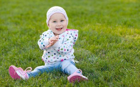 夏天宝宝在户外如何防晒 夏天宝宝出门穿什么衣服 夏天宝宝剪什么发型好