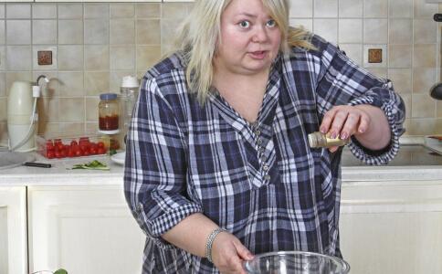 胖子如何减肥效果最好 最适合胖子的穿衣搭配方法 胖子如何穿衣显瘦