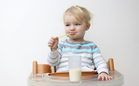 给儿童喝哪种奶更健康 如何挑选适合儿童喝的牛奶 孩子喝牛奶有哪些禁忌