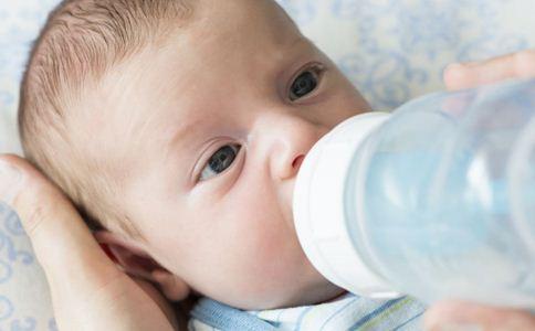 母乳怎么转奶粉 宝宝转奶粉的方法 母乳喂养转奶粉