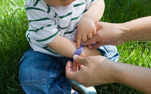 孩子被划伤缝8针 被划伤缝8针 划伤后如何处理