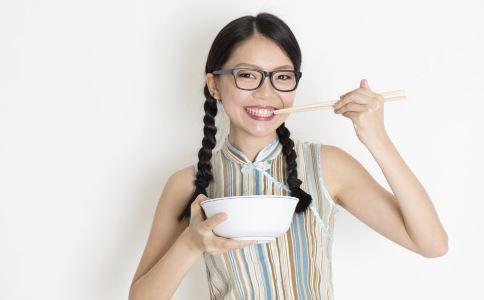 乌梅做酸梅汤有什么功效 吃乌梅酸梅汤的注意事项 如何制止乌梅