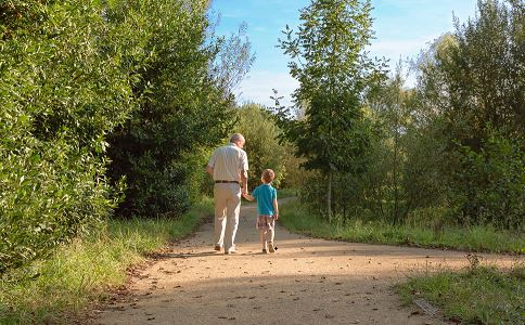 老人接错孙子带去打针 孩子放学安全教育 老人接孩子放学