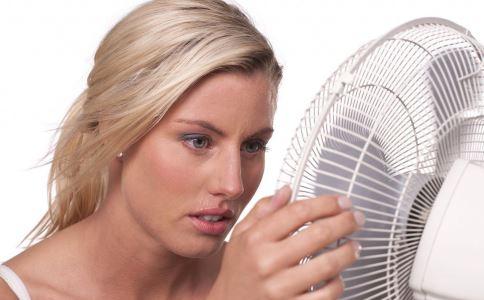腋窝出汗多怎么回事 夏季出汗多的原因 夏季出汗多怎么办