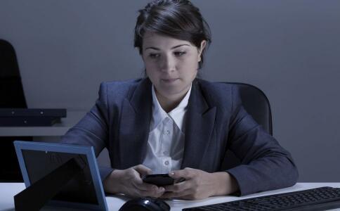 刷社交软件加剧中年焦虑 频繁刷社交媒体的隐患 刷社交软件有哪些影响