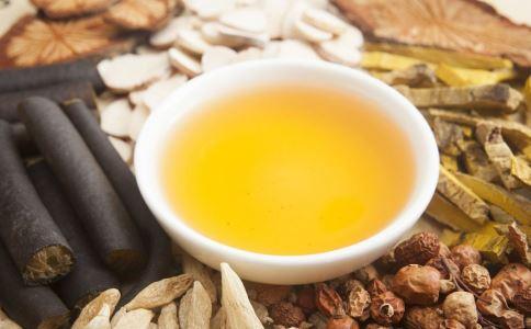 黄芪泡水当茶喝 老人分清体质再喝