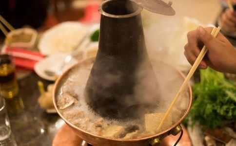 夏天吃火锅的好处与坏处 海底捞蘸料吃出苍蝇 怎么吃火锅不上火