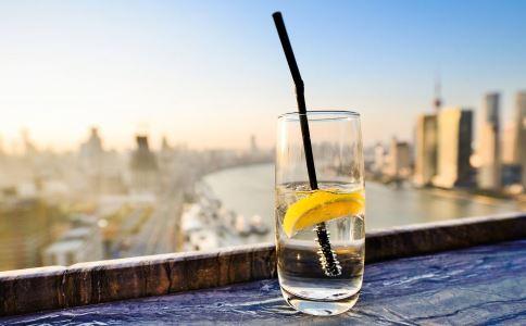女性喝柠檬水的好处有哪些 女性喝柠檬水的好处 柠檬水能隔夜吗