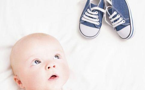 宝宝学走路 妈妈们怎样才能挑选一双舒适好鞋