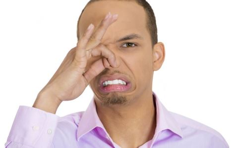 口臭的原因有哪些 引起口臭的原因 吃什么可以治疗口臭