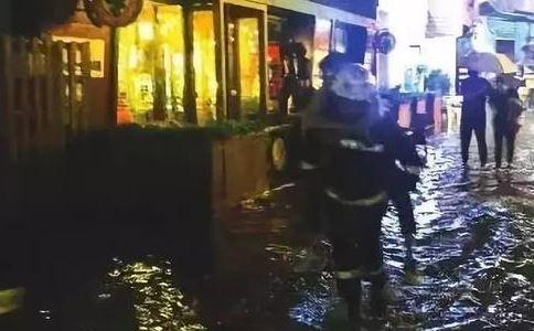 壮汉让消防背过街 下雨天怎么防触电 下雨天出行安全事项